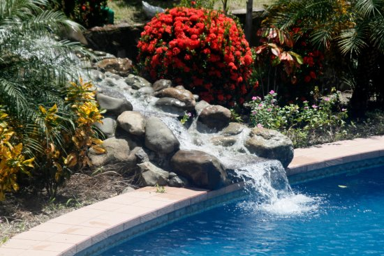 Divisamar Hotel & Casino: Fuente de agua  que cae a  la  piscina