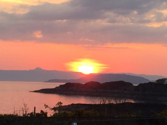 Erbusaig, UK: Amazing sunsets looking across to Raasay and Skye.