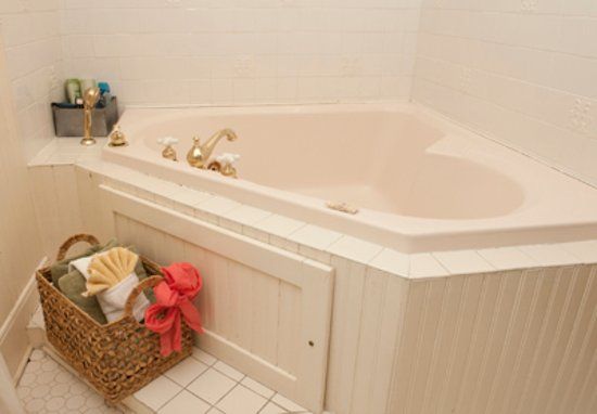 Weston, MO: Large spacious bathtub in the quilt room