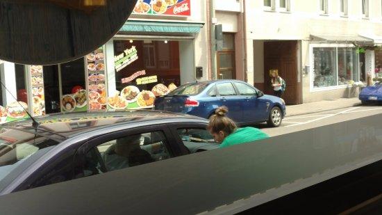 Landstuhl, Almanya: restaurant delivers to car; lady is fluent in English