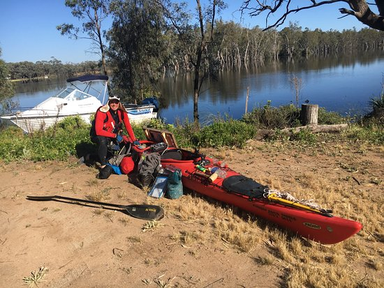 Robinvale, Australia: Kayaker Peter Philips stops over at Little River Cottage documenting River health from Echuca-mo