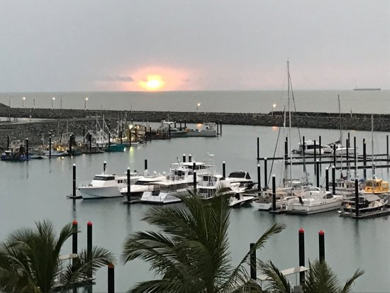 Clarion Hotel Mackay Marina: Sunrise on a grey day! 5th floor one bedroom apartment!