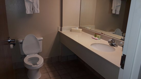 Pueblo of Acoma, NM: Clean and no visible wear, bathroom was free of grime