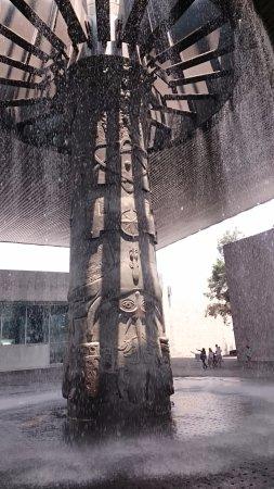 Nationalmuseum für Anthropologie: 館内中央の噴水
