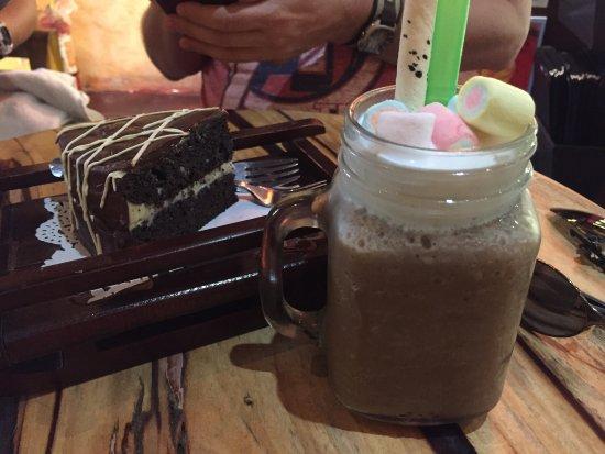 Cafe Uno : Grandpa's Chocolate cake and a Mocha