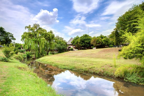 Roodepoort, Sør-Afrika: View to the Conference Center and wooden foot-bridge