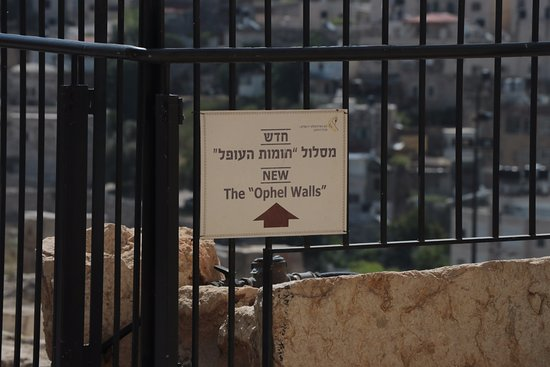 Ophel Archaeological Garden (Yitzhak Ben Youssef Levy Garden): Ophel Archaeological Garden in Jerusalem - sign
