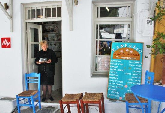 Lefkes, Hellas: Maria apporte le café