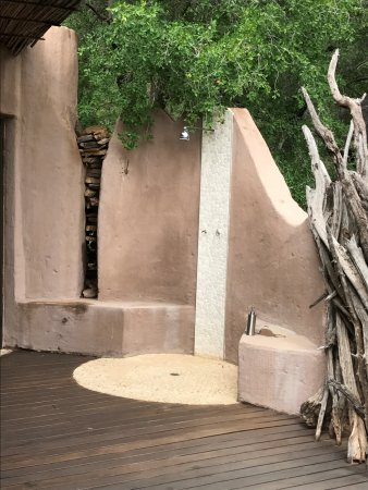 Impodimo Game Lodge: outdoor shower