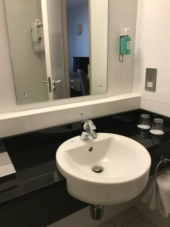 Jurys Inn Dublin Christchurch: Nice Modern Bathroom.