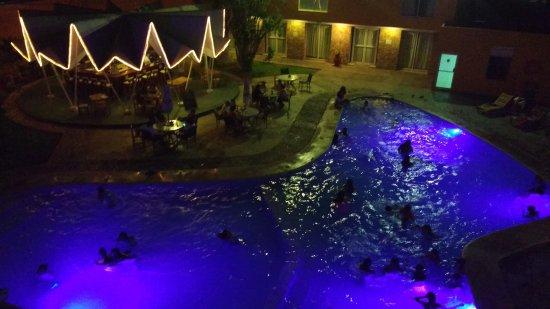 Hotel Maria del Carmen: Vista desde habitaciones. Alberca y bar iluminados por las noches