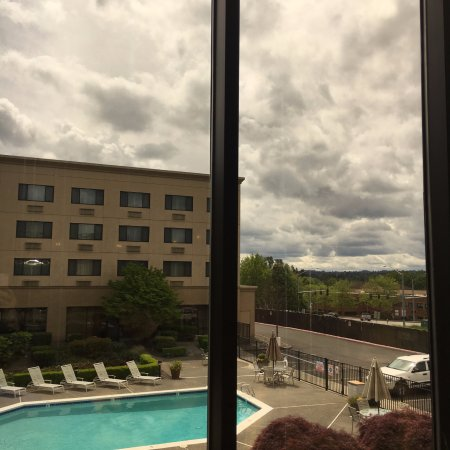 Clackamas, Oregón: View from our table overlooking the pool. Gorgeous, even for a cloudy Oregon day!