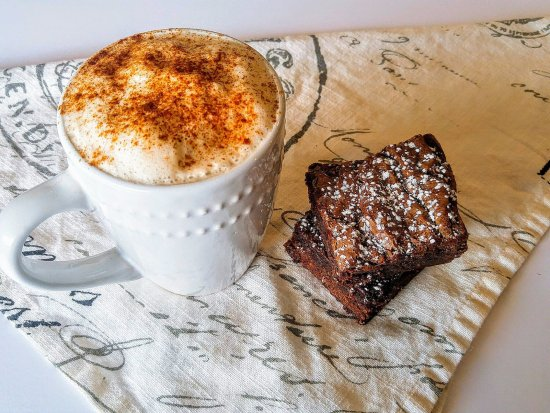 Abbotsford, Canada: Chai latte and brownies