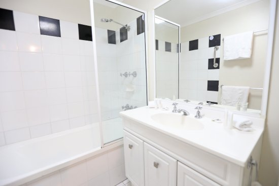 Holloways Beach, Αυστραλία: Premium apartment bathroom