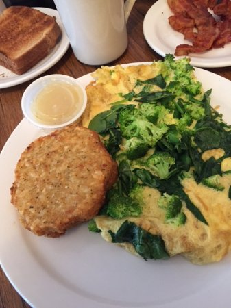 Moosic, Pensilvania: ample serving of vegetables in your omelettes!! the potato pancake was an added surprise