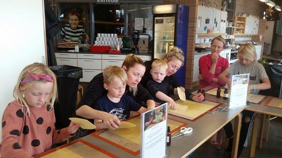 Skallerup Seaside Resort: 4 børnebørn med hjælpere på bolsjeværkstedet