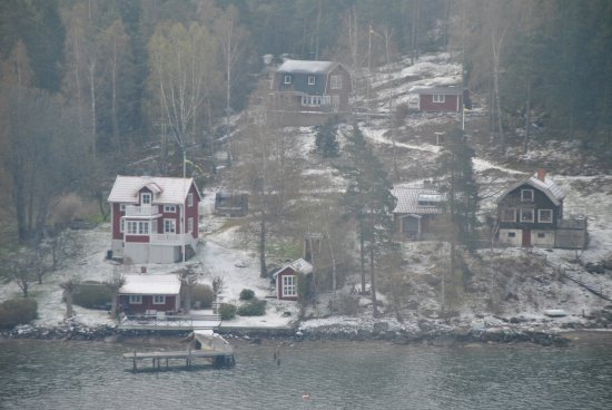 Stockholm, Sverige: Viaggiando nel fiordo che porta al porto di Stoccolma questi sono i paesaggi che si incontrano