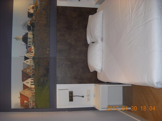 Hotel Amsterdam - De Roode Leeuw: letto a una piazza e mezza molto piccolo. stesso spazio sul lato destro