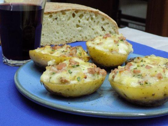Tripi, Itália: Barchette di patate ripiene, tradizione da spizzicare