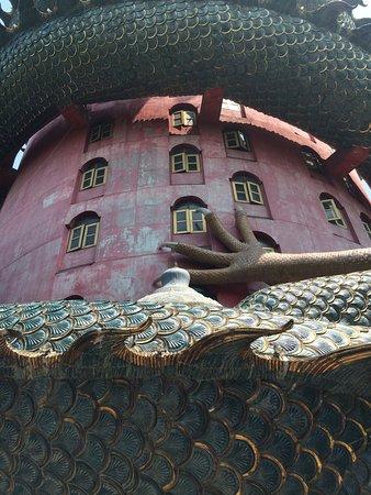 Sam Phran, Thailand: Огромная лапа Дракона