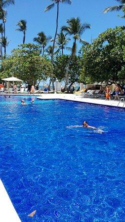 Playa del hotel a la izquierda photo de grand bahia for Piscinas portillo