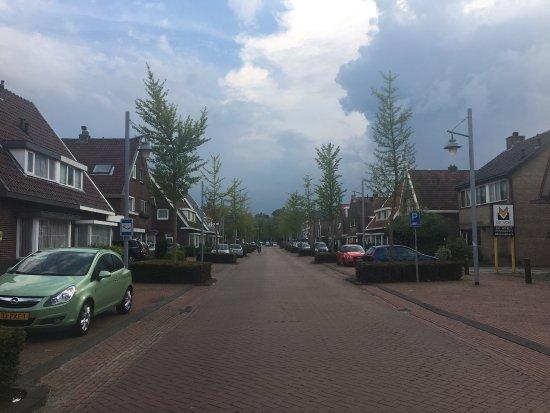 Zwanenburg, The Netherlands: Strada che dalla struttura porta alla stazione, quartiere tranquillo e ospitale
