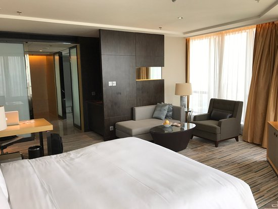 Huizhou, Cina: 位置优越,就在市中心新区,前台帮我升一间180度城市景观的房间,由于酒店在高层,市景一览无遗,感觉十分好,食物一般,行政酒廊食物不够新鲜,早餐选择不够丰富。但是酒店员工服务优秀,值得鼓励。