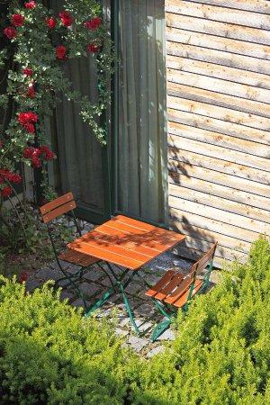 Unterföhring, Deutschland: Kleiner Garten vor Ergeschoss Zimmer
