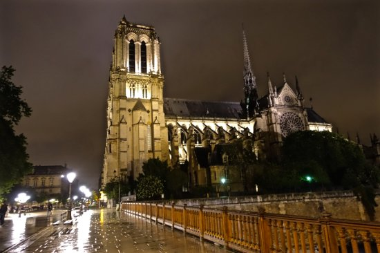 notre dame in the rain after meal at nearby l 39 initial picture of restaurant l 39 initial paris. Black Bedroom Furniture Sets. Home Design Ideas