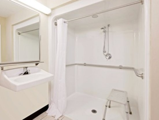 Baymont Inn & Suites Battle Creek Downtown: roll in shower