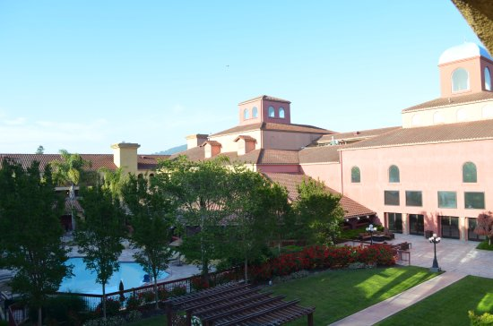 Rohnert Park, CA: View from our room to the pool