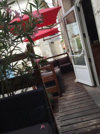 Nontron, Francja: Terrasse du restaurant calme