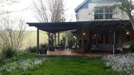 Pietermaritzburg, Sudáfrica: Beautiful gardens enjoyed from the comfort of the wrap around veranda.