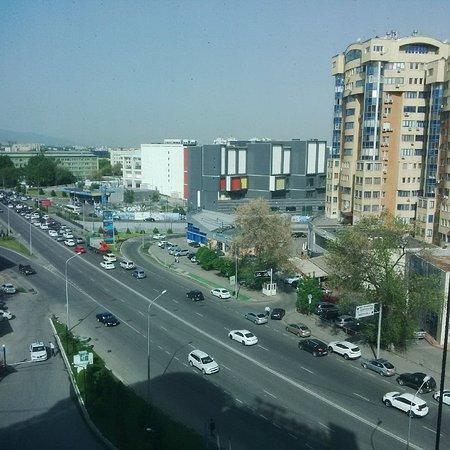 Holiday Inn Almaty : vue de la chambre sur la rue
