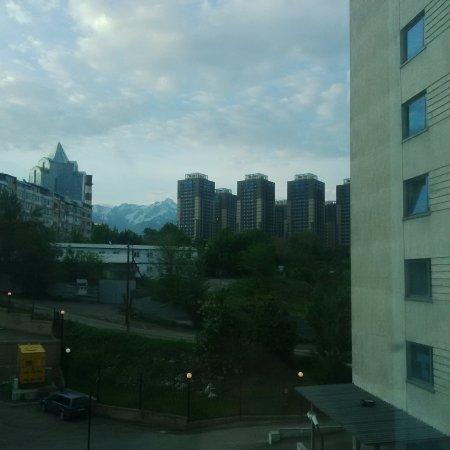 Holiday Inn Almaty : Vue de la chambre sur les montagnes