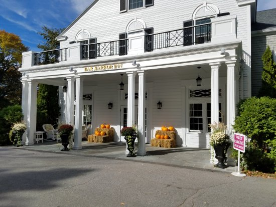 Bar Harbor Inn: Front of hotel decorated for the Fall 2016 & Halloween