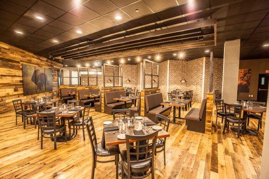 Delta Hotels by Marriott Fargo : Urban 42 dining area in Delta by Marriott Fargo