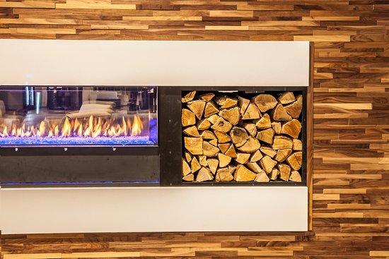 Delta Hotels by Marriott Fargo : Fireplace in lobby of Delta by Marriott Fargo