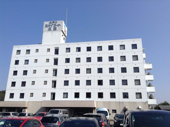 Hotel Sky Court Narita: 駐車場から見えるホテル駐車場からの外観