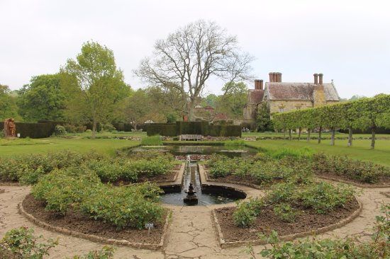 Burwash, UK: Rose garden and pond