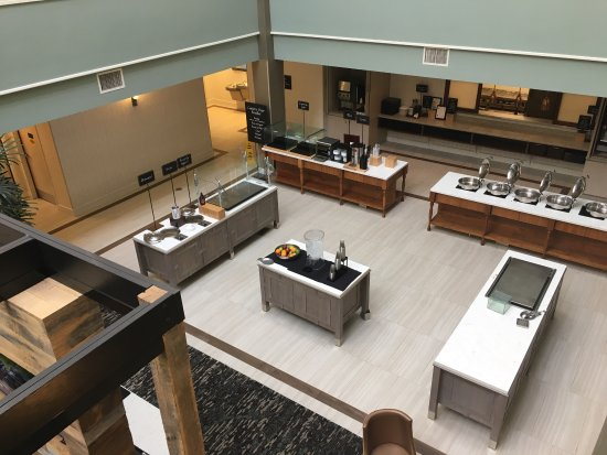 Embassy Suites by Hilton Williamsburg: Dining area, viewed from above.