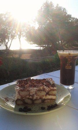 Kastraki, Greece: caffe e dolce,e vista sul mare