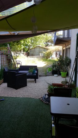 La terrasse s\'améliore avec le petit coin salon de jardin pour un ...