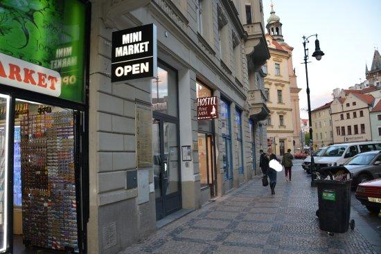 Hostel Franz Kafka: Wejście do hostelu.