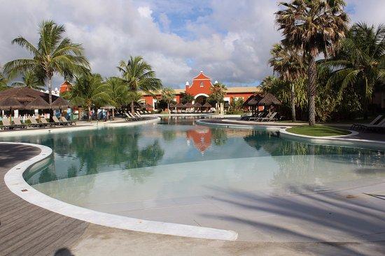 Iberostar Bahia: Vista da piscina para o prédio principal