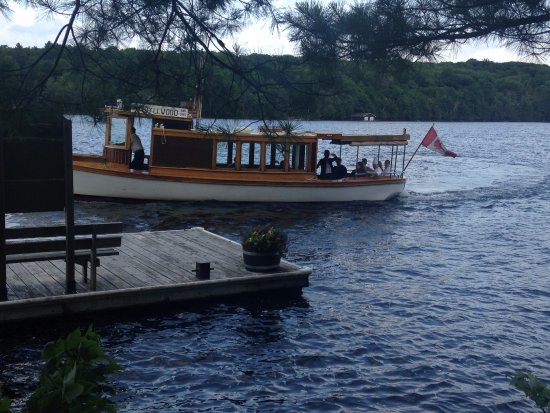 Port Carling, Canada: Idyllwood by Sunset Cruises comes right to our dock!