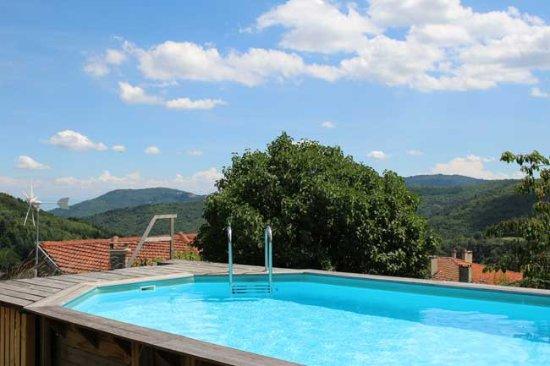Saint-Symphorien-de-Mahun, France: notre piscine et sa vue