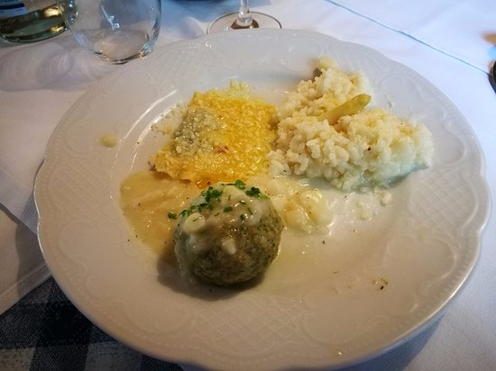 Terlano, Italien: tris di primi, canederlo alle ortiche, risotto agli asparagi e raviolo