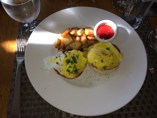 Red Rooster at The Woodstock Inn and Resort: Eggs Benedict and hash brown potatoes