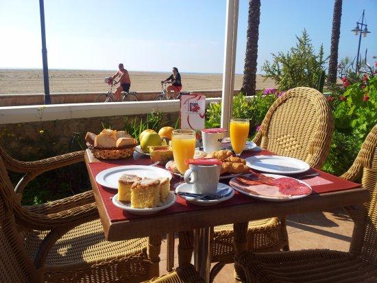 Hotel Bodegon: Desayunando al lado del paseo